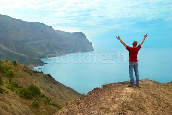 Gelukkig man klif permanente handen omhoog naar Stockfoto © vapi