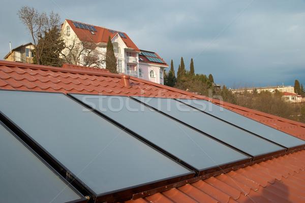 Güneş sistemi çatı güneş su ısıtma kırmızı Stok fotoğraf © vapi