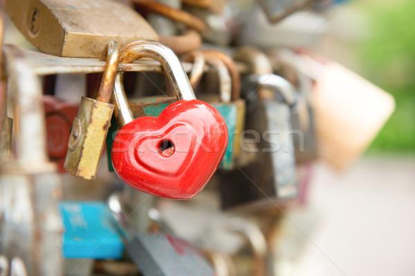 Foto stock: Amor · vermelho · romance · trancar · forma · de · coração · ponte