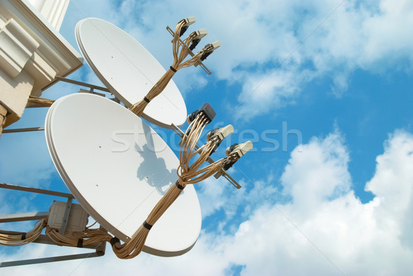 Satelliet antenne muur blauwe hemel huis technologie Stockfoto © vapi