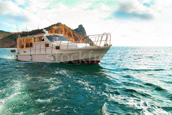 Motorcsónak tenger part tengeri kilátás égbolt víz Stock fotó © vapi