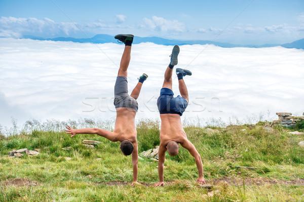 Deux hommes danse acrobatique herbe verte blanche Photo stock © vapi