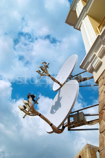 Foto stock: Satélite · antena · parede · blue · sky · casa · tecnologia