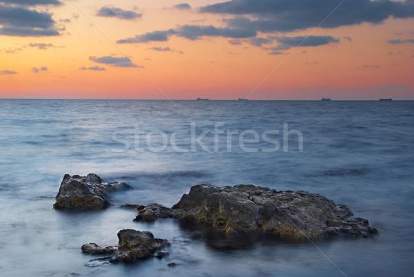 Naplemente tenger tájkép kövek gyönyörű égbolt Stock fotó © vapi