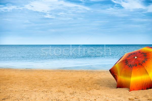 Foto stock: Guarda-chuva · dourado · areia · praia · laranja