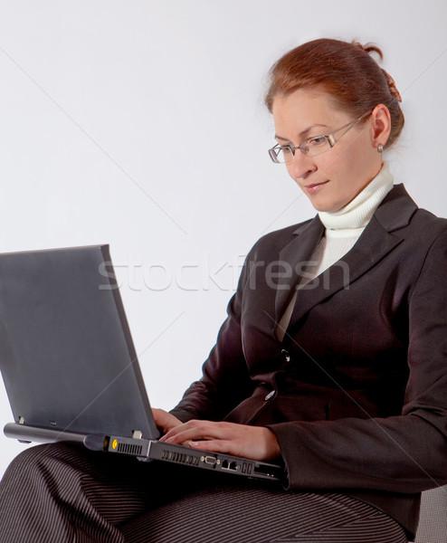 Iş kadını bilgisayar oturma gülümseme Internet çalışmak Stok fotoğraf © varlyte
