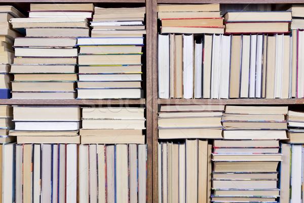 Prateleira de livros casa velho livros massa produção Foto stock © vavlt