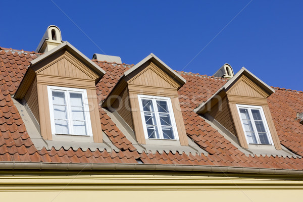 üç pencereler kırmızı kiremitli çatı eski ev Stok fotoğraf © vavlt