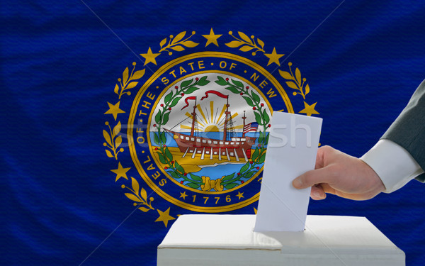 Foto stock: Homem · votação · eleições · bandeira · novo · cédula