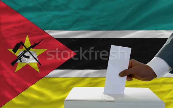 Homem votação eleições bandeira Moçambique cédula Foto stock © vepar5