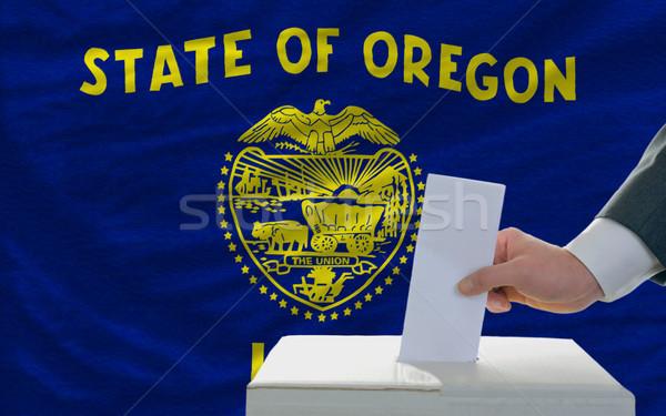 Homem votação eleições bandeira Oregon cédula Foto stock © vepar5