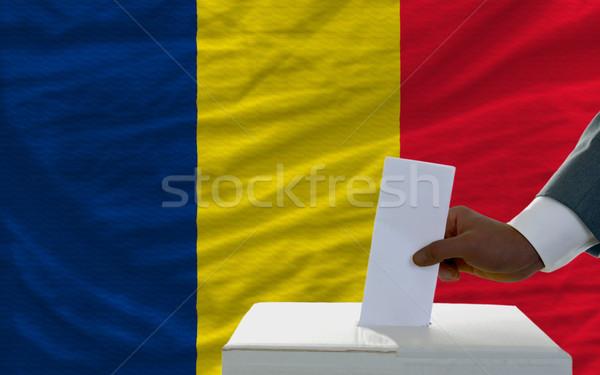 Foto stock: Hombre · elecciones · bandera · Chad · votación