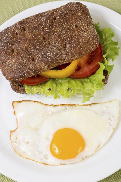 Sandwich groenten half gebakken ei ontbijt Stockfoto © vetdoctor