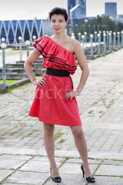 Mulher bom vestido vermelho suporte praça modelo Foto stock © vetdoctor