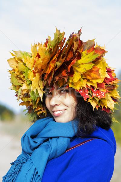 Mulher amarelo bordo folhas cabeça sorrindo Foto stock © vetdoctor