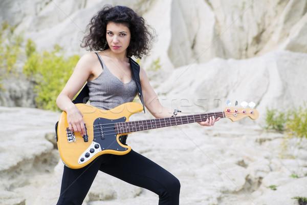 Vrouw spelen beroemd lied bas gitaar Stockfoto © vetdoctor
