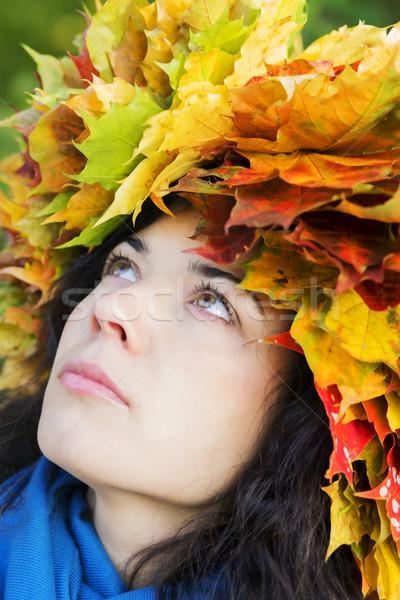 Mulher folhas cabeça procurar bordo feliz Foto stock © vetdoctor