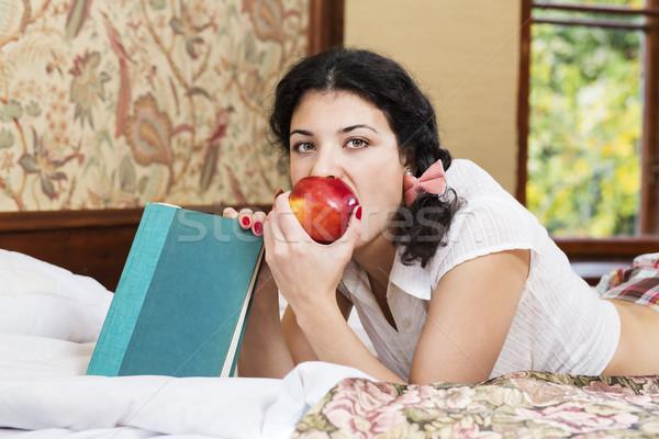 Mooie vrouw bijten rode appel bed Rood rijp Stockfoto © vetdoctor
