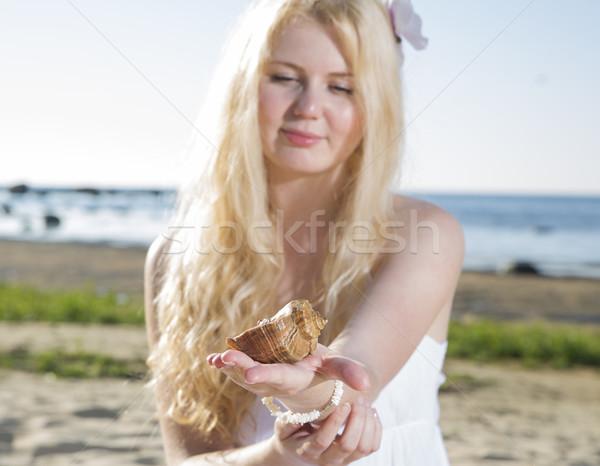 Femme robe regarder brun clam robe blanche Photo stock © vetdoctor