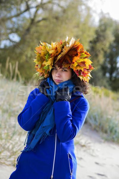 Vrouw koud lopen park najaar gelukkig Stockfoto © vetdoctor