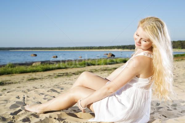 Nő fehér ruha engedékenység homok hideg buli Stock fotó © vetdoctor