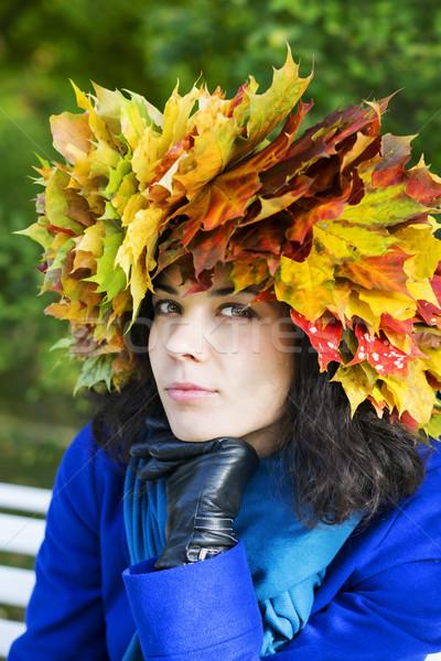 Mulher bordo folhas cabeça mulher jovem Foto stock © vetdoctor
