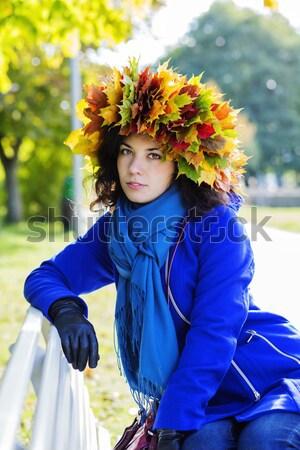 Mulher casaco bordo folhas cabeça feliz Foto stock © vetdoctor