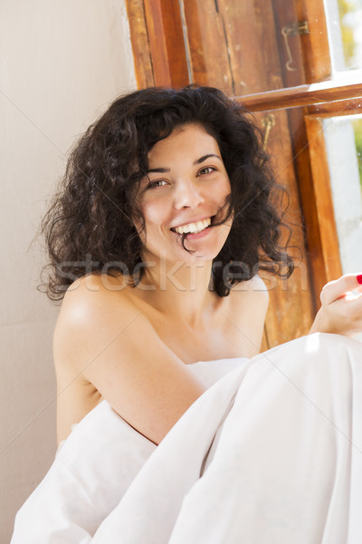 Femme souriante couverture mordre cheveux perm souriant Photo stock © vetdoctor