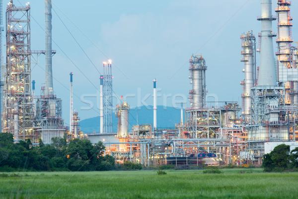 Refinería de petróleo fábrica planta anochecer noche industria Foto stock © vichie81