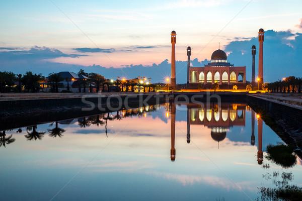 Központi mecset Thaiföld tükröződés alkonyat város Stock fotó © vichie81