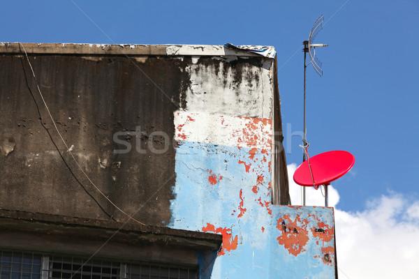 Czerwony antena satelitarna budynku słoneczny Błękitne niebo Internetu Zdjęcia stock © vichie81