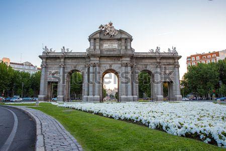 Bramy placu Madryt Hiszpania la kwiat Zdjęcia stock © vichie81