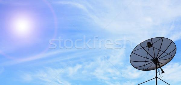 Communicatie schotelantenne antenne zonnige blauwe hemel televisie Stockfoto © vichie81