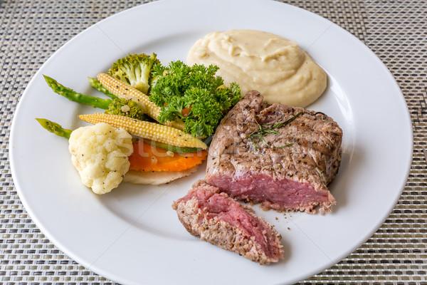 Gegrild filet biefstuk geserveerd plantaardige voedsel Stockfoto © vichie81