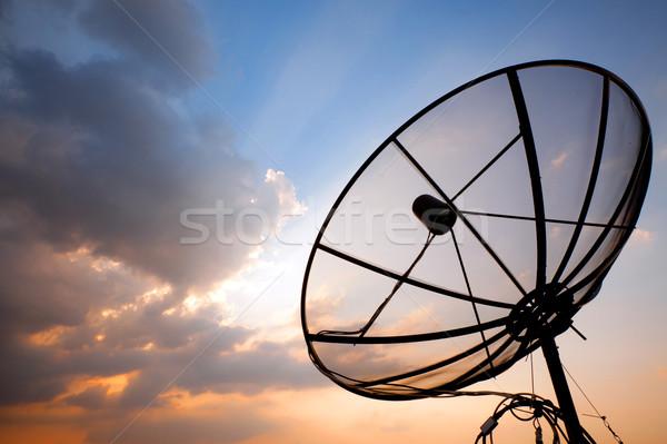 Telecommunicatie schotelantenne groot zonsondergang hemel telefoon Stockfoto © vichie81