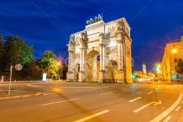Victoria arco Munich Alemania anochecer tráfico Foto stock © vichie81
