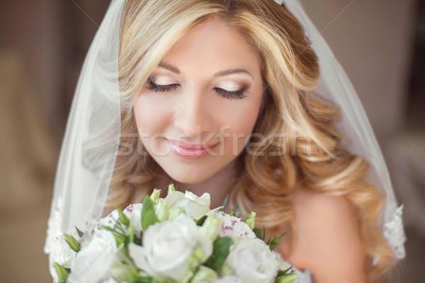 Gyönyörű menyasszony esküvői csokor virágok smink szőke Stock fotó © Victoria_Andreas