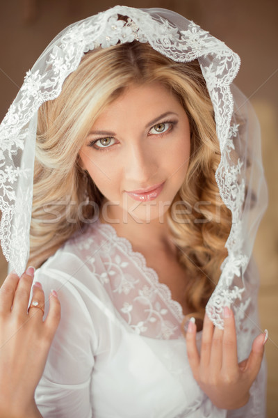 Portré gyönyörű menyasszony visel klasszikus fehér Stock fotó © Victoria_Andreas