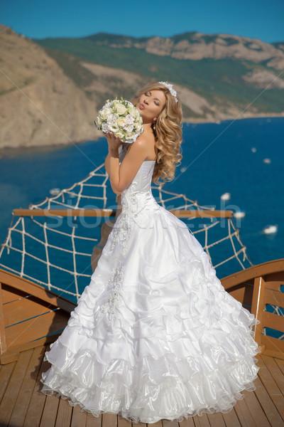 Stock foto: Schönen · lächelnd · Braut · Hochzeitskleid · Bouquet · Blumen