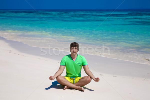 Сток-фото: молодым · человеком · йога · Lotus · создают · экзотический · пляж