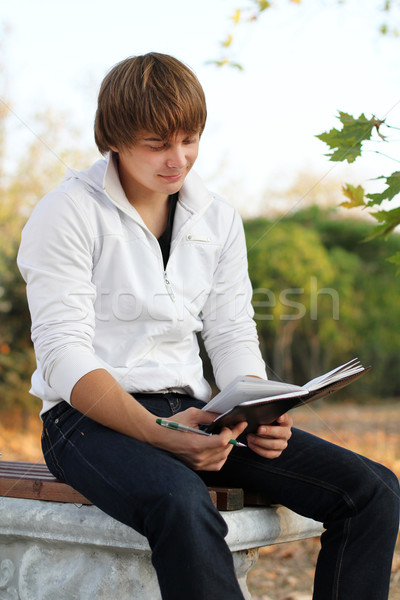 Młodych człowiek czytania książki charakter Zdjęcia stock © Victoria_Andreas