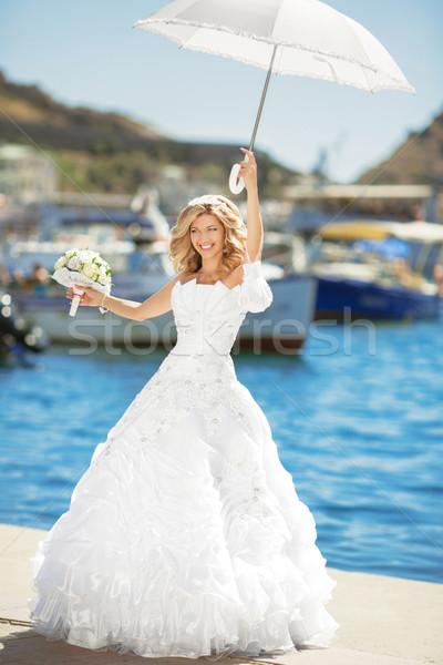 Hermosa sonriendo novia vestido de novia blanco paraguas Foto stock © Victoria_Andreas