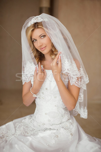 Gyönyörű mosolyog menyasszony nő esküvői ruha menyasszonyi Stock fotó © Victoria_Andreas