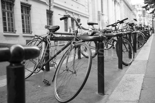 Monte bicicletas cremalheira rua Paris França Foto stock © vilevi