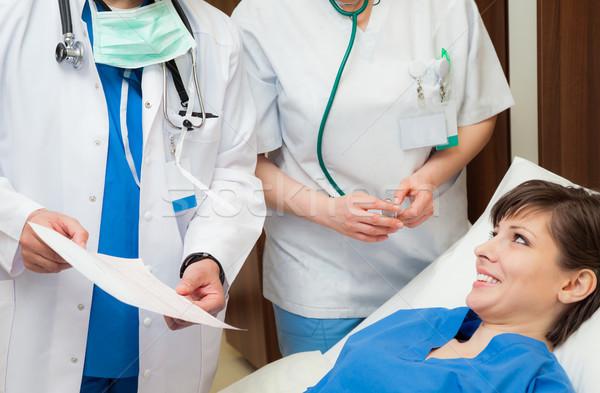 Foto stock: Médico · enfermeira · paciente · resultados · torso · tiro