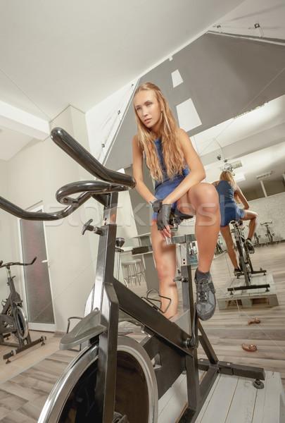 Kobiet piękna młodych sexy siłowni rowerowe Zdjęcia stock © vilevi