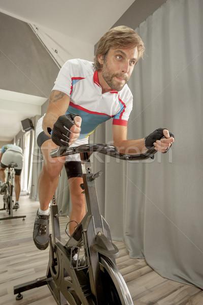 Ciclismo ginásio determinado masculino jovem bonito Foto stock © vilevi