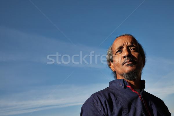 Man zwarte portret hemel blauwe hemel buitenshuis Stockfoto © vilevi