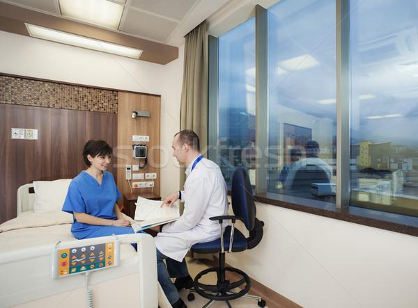Foto stock: Hospital · médico · paciente · positivo · negativo · resultados