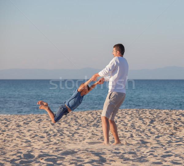 Vader spelen carrousel zoon jonge strand Stockfoto © vilevi